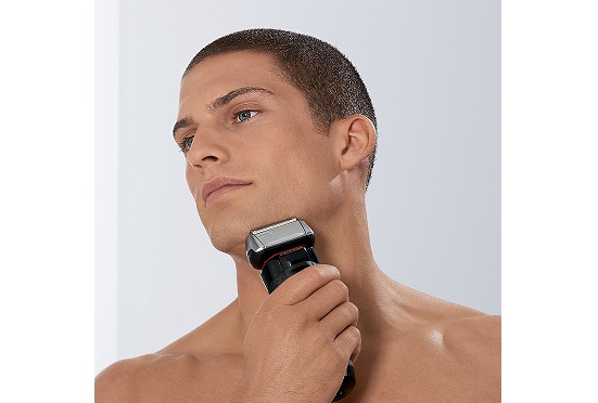 Cạo râu với máy cạo râu Braun Series 5