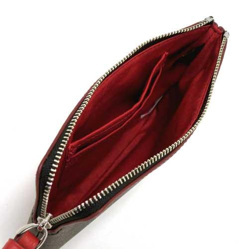 Kích thước ví nhỏ gọn, bên trong có nhiều ngăn thích hợp cho việc đựng các vật dụng cá nhân