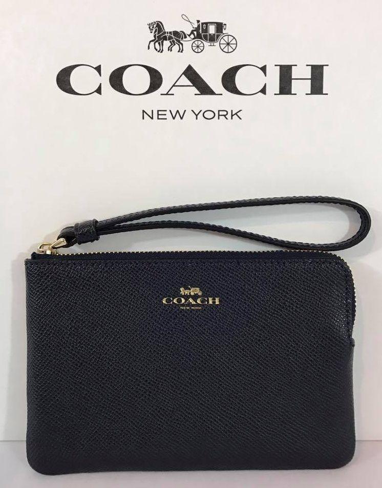Coach màu xanh đen được thiết kế với màu sắc nổi bật kết hợp với logo Coach sang chảnh
